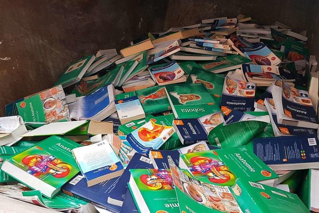 Für manche der Bücher im Container wir...eutlich sinken, sagt ein Uni-Sprecher.  | Foto: Jannik Jürgens