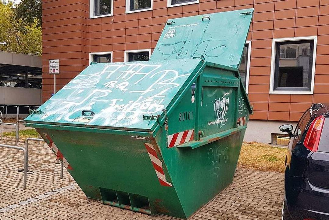 Der Anblick des vollen Containers verwunderte einige Studierende.  | Foto: Jannik Jürgens