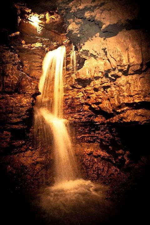 Am Ende stürzt Wasser über einen Felsen in die Höhle.  | Foto: Rheinfelden Tourismus