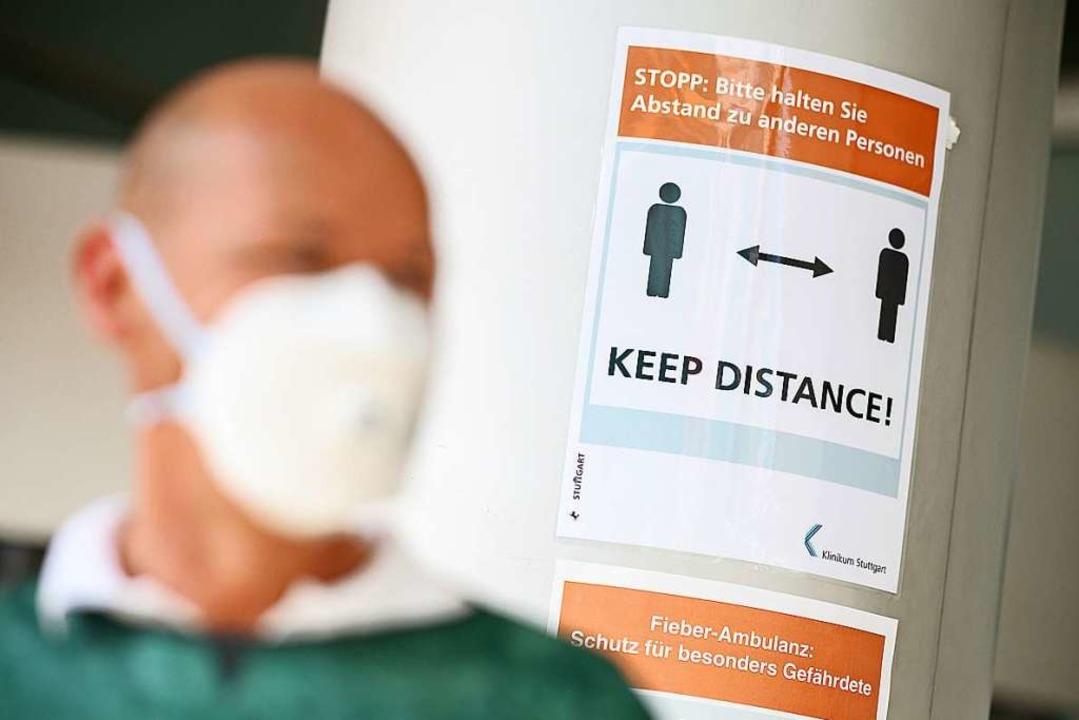 Masken und Abstand reduzieren im Allta... Infektionszahlen sind Familienfeiern.    Foto: Sebastian Gollnow (dpa)