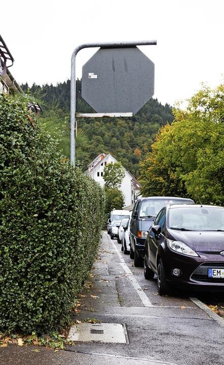 Für Rollstuhlfahrer sind manche Gehwege zu eng.     Foto: Gabriele Zahn
