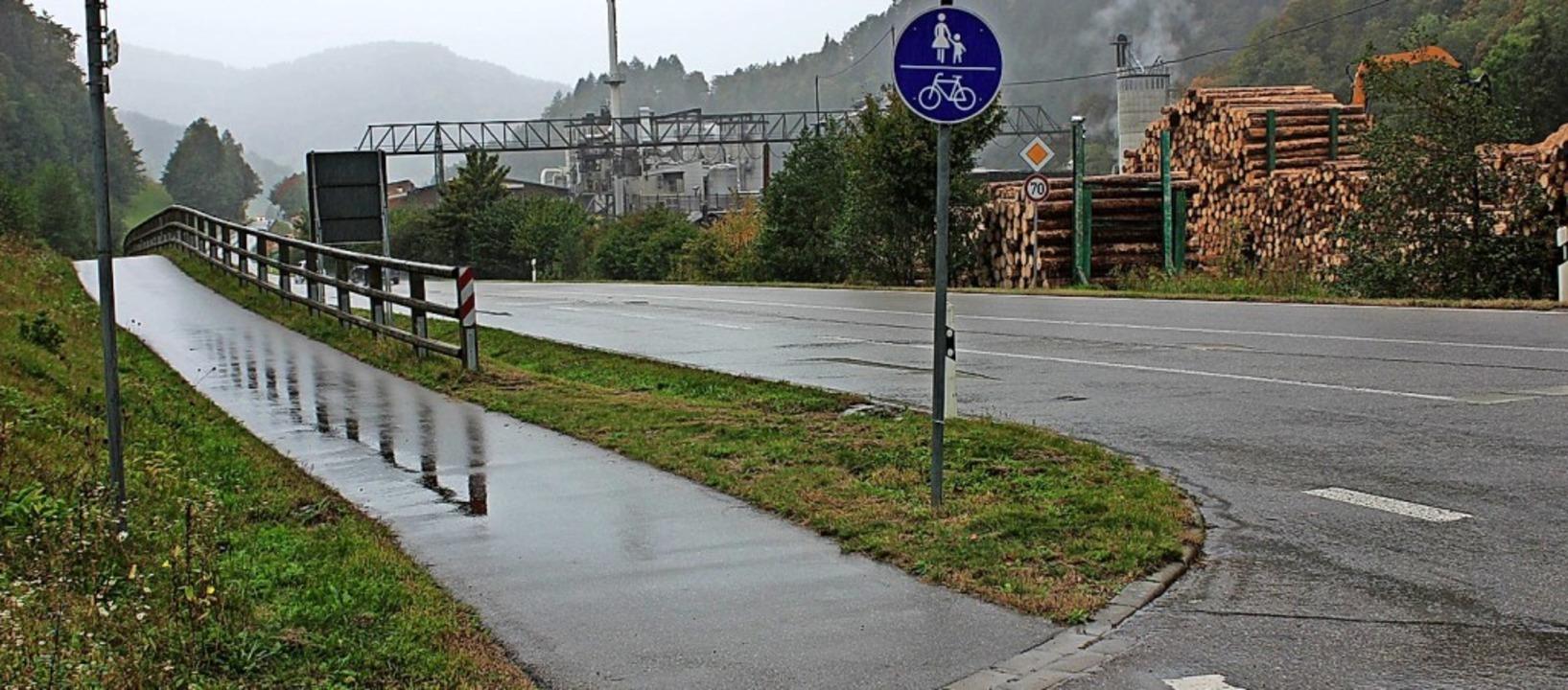 Noch  endet der Radweg entlang der L12...der Spirzenstraße beim Sägewerk Dold.     Foto: Erich Krieger