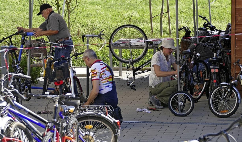 Die Ehrenamtlichen in der Fahrradwerks...ch reparaturbedürftiger Fahrräder an.     Foto: Anna Uhlmann