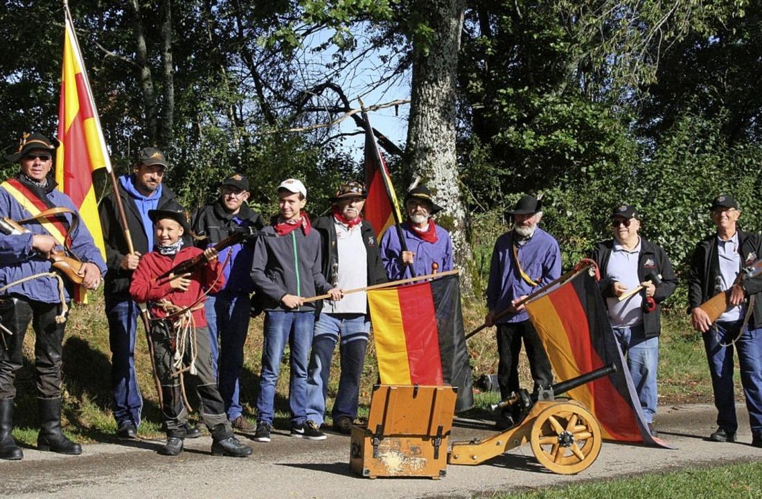 Die Klettgau Kanoniere mit Gastgeber H...(Dritter von rechts) vor dem Böllern.     Foto: Peter Schütz