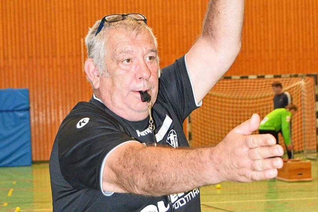 Die Handzeichen hat er längst drauf: L...den Wiedereinstieg als Schiedsrichter.  | Foto: Matthias Kaufhold