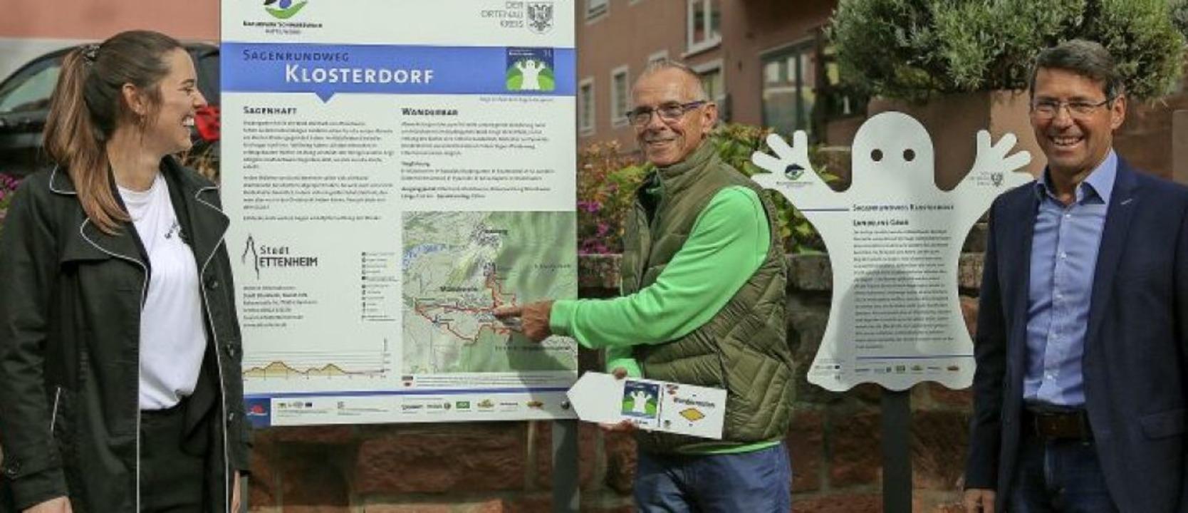 Da geht's lang: Wanderführer   D...germeister Bruno Metz die Route vor.      Foto: Sandra Decoux-Kone