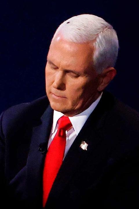 Rund zwei Minuten saß eine Fliege auf dem Kopf von Vizepräsident Mike Pence.    Foto: ALEX WONG (AFP)
