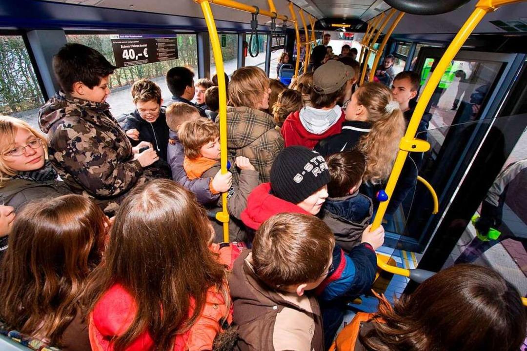 Kinder stehen dicht gedrängt im Bus: S... der Corona-Pandemie vermieden werden.    Foto: Jan Potente