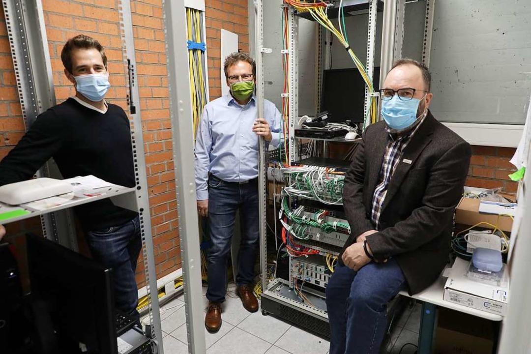 Die  Investitionen in die digitale Aus...und Bürgermeister  Thomas Schäfer vor.  | Foto: Christoph Breithaupt