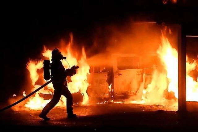Ein Kleinbus brennt vollständig aus