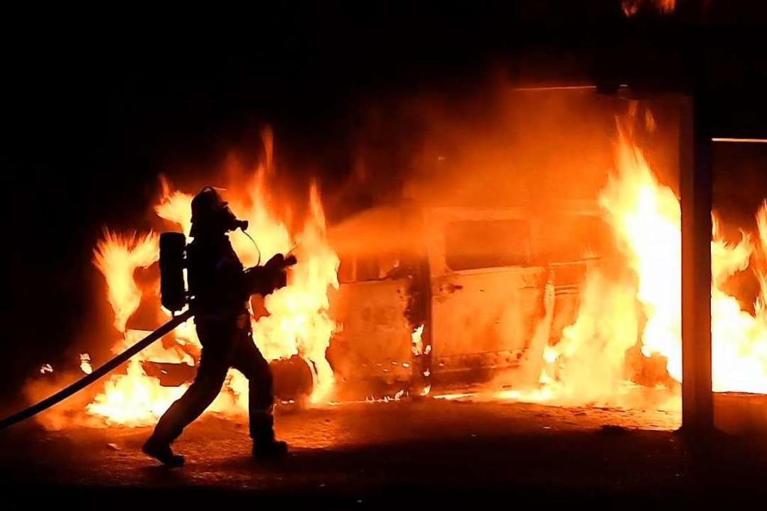Der Kleinbus stand bei Ankunft der Feuerwehr lichterloh in Flammen.  | Foto: Wolfgang Künstle