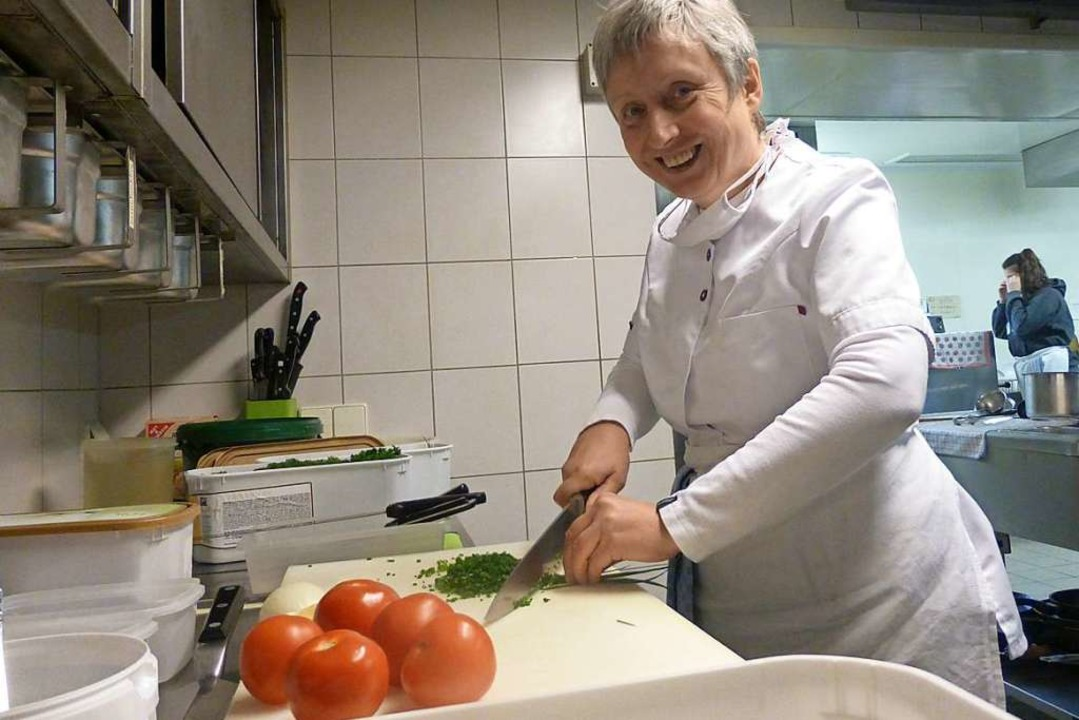 Bei der Arbeit: Helga Fliegauf in der Küche  | Foto: Andrea Gallien