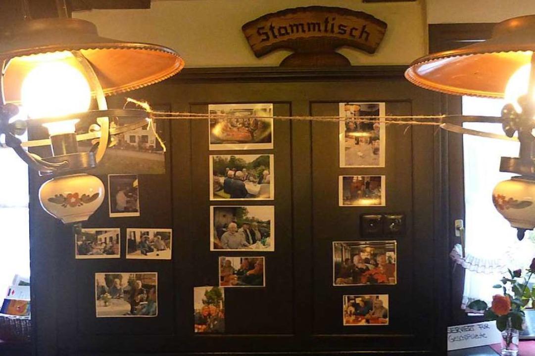Fotos von Stammtisch-Gästen schmückten eine Wand in der Gaststube.  | Foto: Andrea Gallien