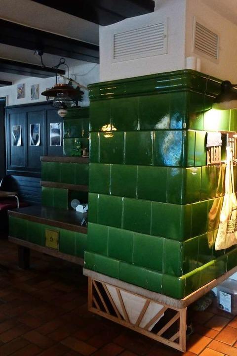 Der grüne Kachelofen gehörte zum Inventar der Gaststätte.  | Foto: Andrea Gallien