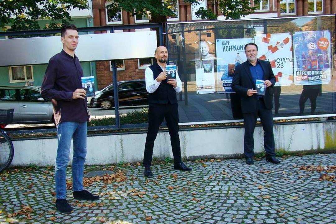 Maximilian Schleyer, Edgar Common und ...s) mit der Kulturbüroprogrammbroschüre    Foto: Susanne Ramm-Weber