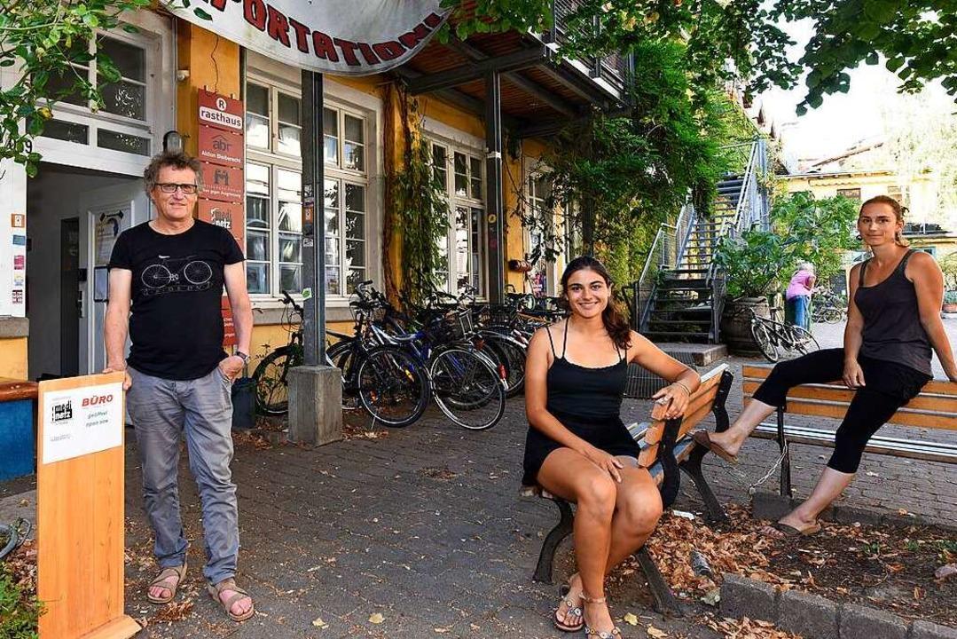 Uwe Honecker, Sophie Schewe und Eva Geppert von Medinetz am Grether-Gelände  | Foto: Thomas Kunz
