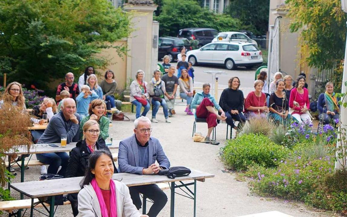 Open-Air-Konzert unter Corona-Bedingun...ielten sich im Garten an die Abstände.  | Foto: Roswitha Frey