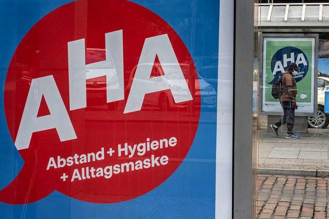 Abstand – Händewaschen – A...smasken: Der Kern der Schutzmaßnahmen.  | Foto: Paul Zinken (dpa)