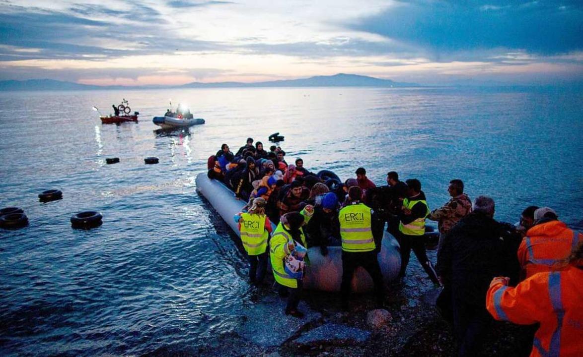 Flüchtlinge kommen in einem Schlauchbo... auf der griechischen Insel Lesbos an.    Foto: Kay Nietfeld (dpa)