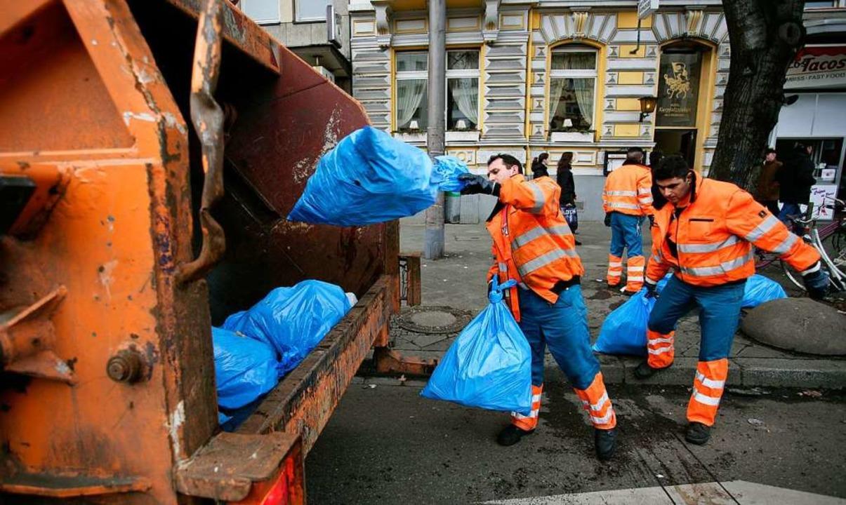 Die Müllabfuhr bei der Arbeit.    Foto: A3587 Ronald Wittek
