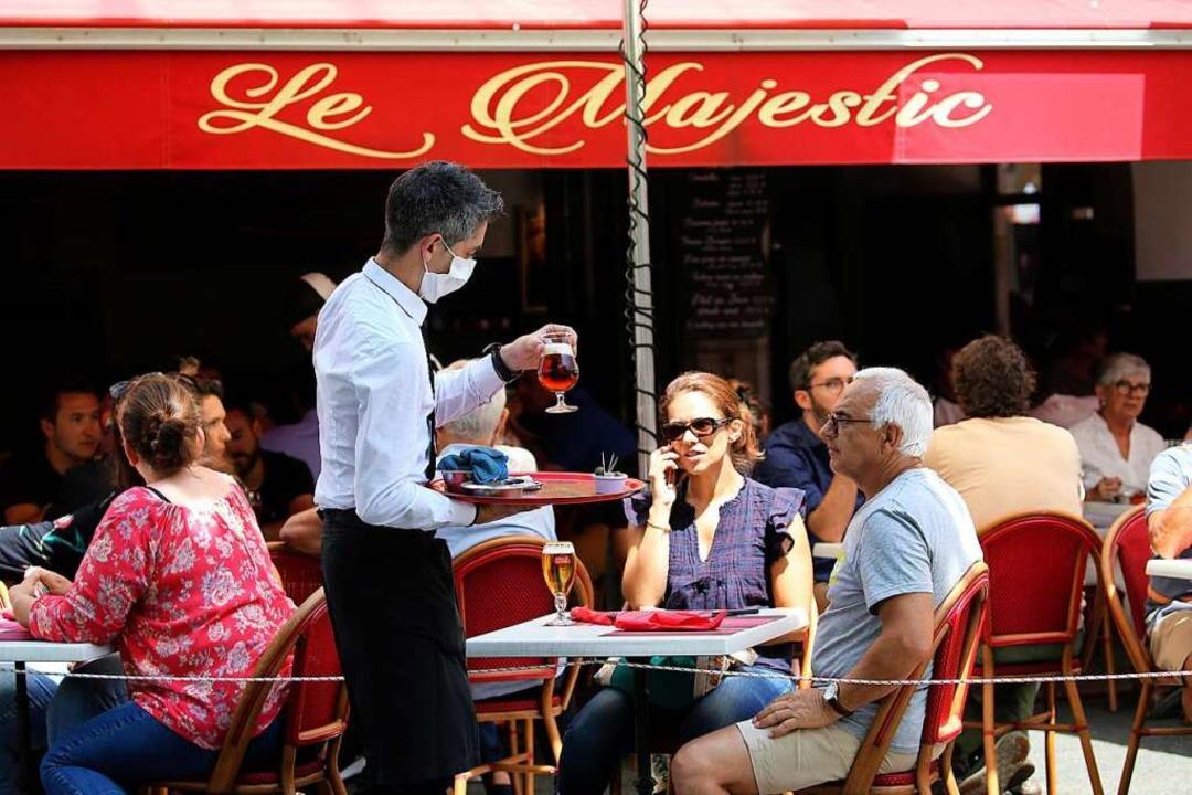 Kellner in einem Café (Symbolbild)  | Foto: Bob Edme (dpa)