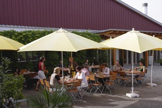 Schneiders Straußi Heitersheim schenkt Wein aus eigenen Reben aus