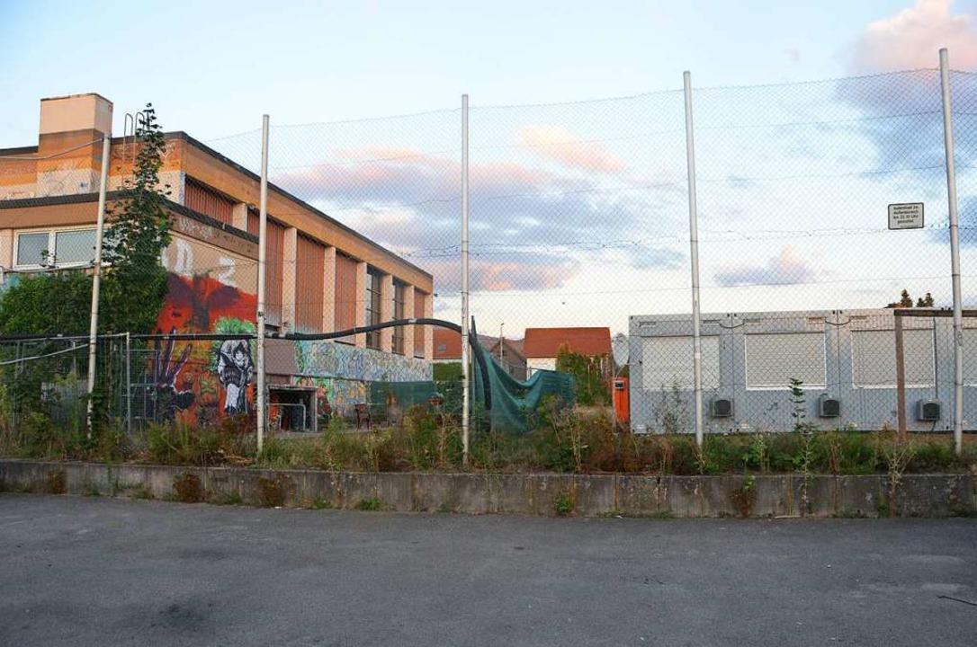 Zwanzig Meter und ein mit einer Folie ...on den Wohncontainern der Bauarbeiter.    Foto: Sebastian Krüger