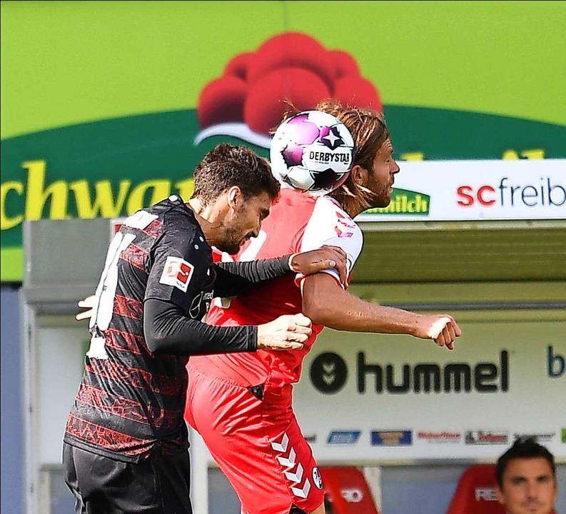 Bollenhut-Kopfballduell: SC-Spieler Lucas Höler (rechts) gegen Marcin Kaminski  | Foto: Achim Keller