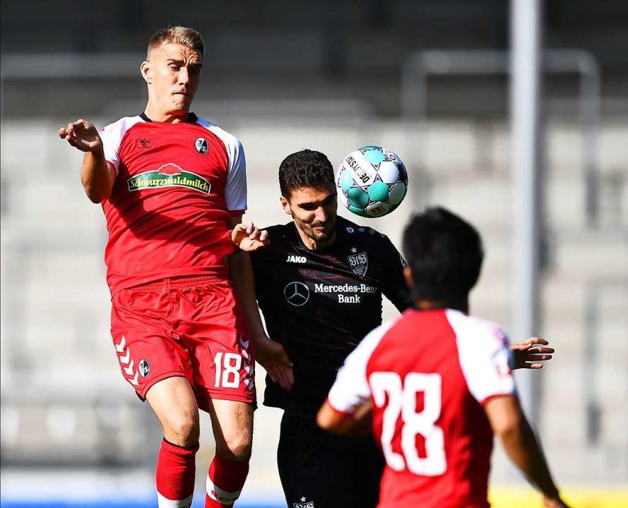 Treppenform: die SC-Kicker Nils Peters...Chang-Hoon Kwon gegen einen VfB-Akteur  | Foto: Achim Keller
