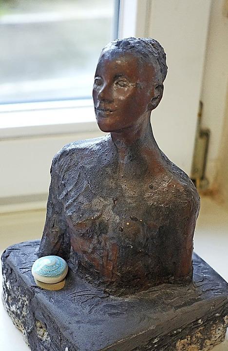 Eine Frauenbüste von Monika Albrecht aus der Ausstellung im Kulturhaus Ried  | Foto: Roswitha Frey