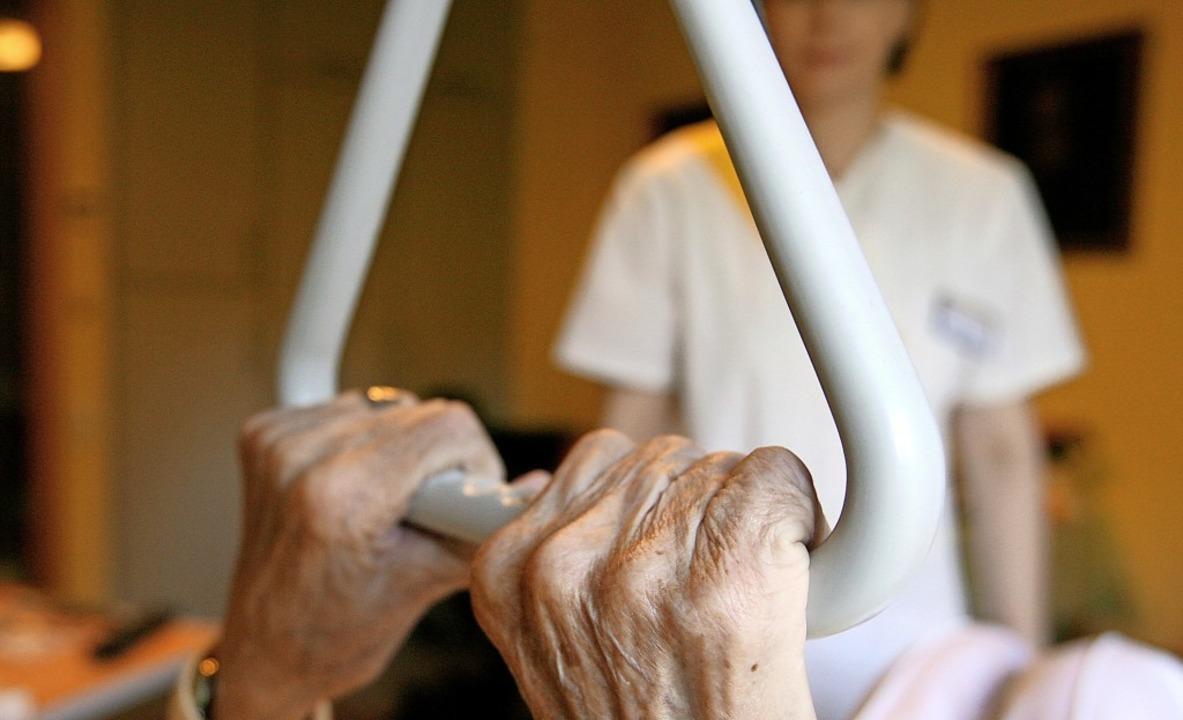 Die Corona-Krise belastet weiterhin Bewohner und Personal von Seniorenheimen.  | Foto: Angelika Warmuth