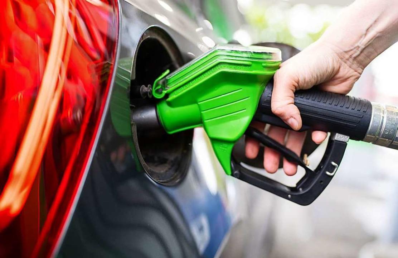 Um 7 Cent je Liter wird sich Benzin du... CO2-Preis im nächsten Jahr verteuern.  | Foto: Sven Hoppe (dpa)