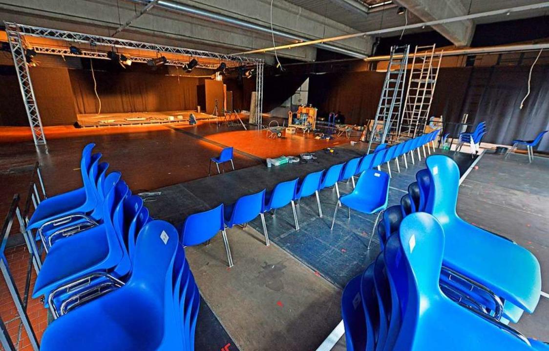 Blick in den Theatersaal in der ehemaligen Autowerkstatt    Foto: Michael Bamberger