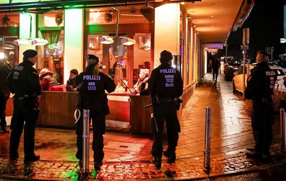 Mit Razzien in Shisha-Bars wie hier 20... geht die Polizei gegen die Clans vor.  | Foto: Bernd Thissen (dpa)