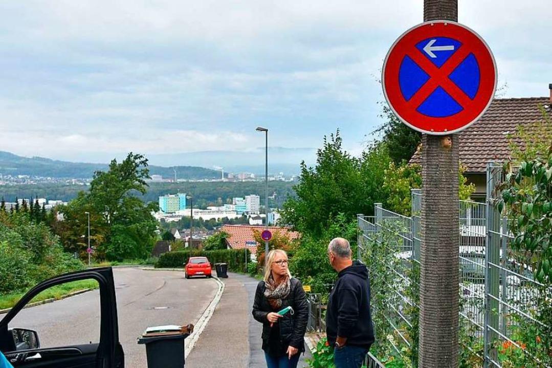 Die neuen Halteverbotsschilder sorgen ...er den Anwohnern der Bettinger Straße.    Foto: Heinz und Monika Vollmar