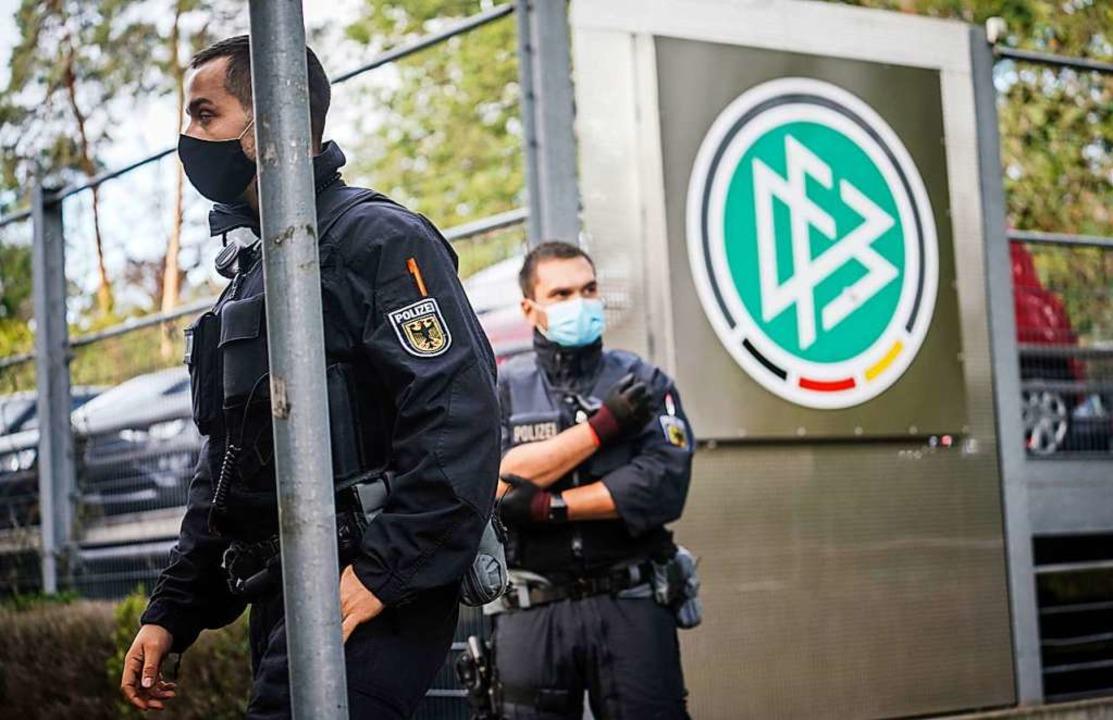 Polizisten vor der DFB-Zentrale in Frankfurt  | Foto: Frank Rumpenhorst (dpa)