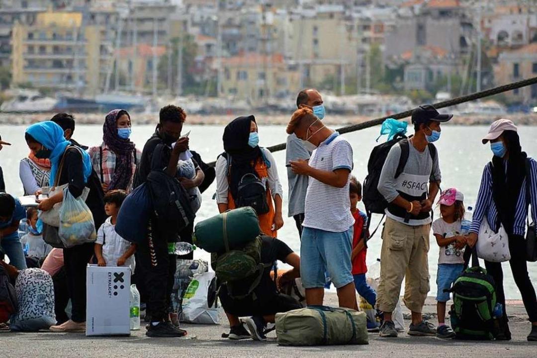 Geflüchtete warten auf der griechische...os auf die Überfahrt auf das Festland.  | Foto: Panagiotis Balaskas (dpa)