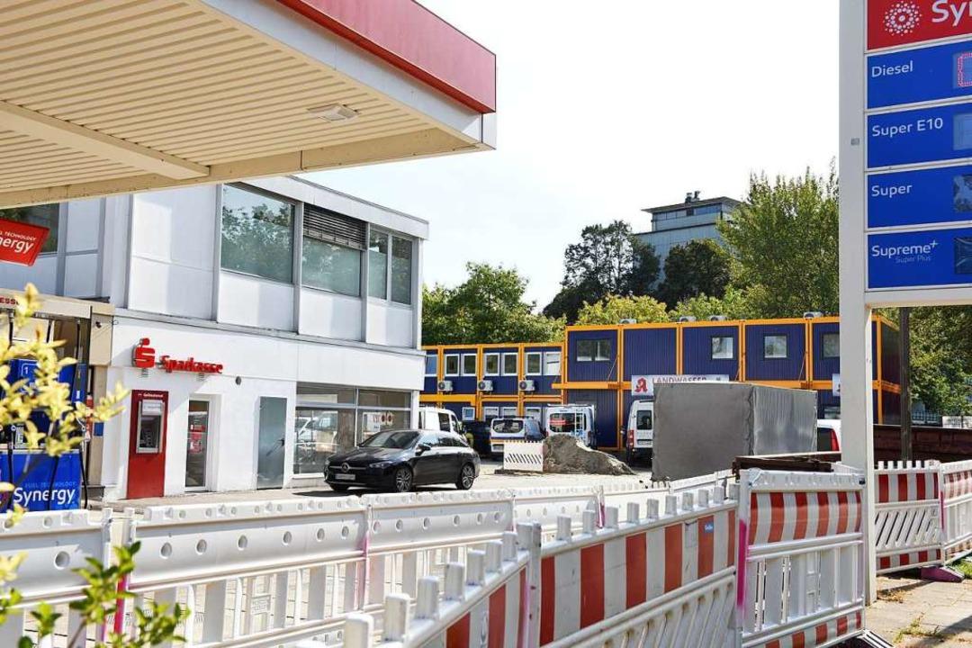 Auf dem Gelände des Ex-Autohauses Kann...iliale der Sparkasse schon in Betrieb.  | Foto: Rita Eggstein