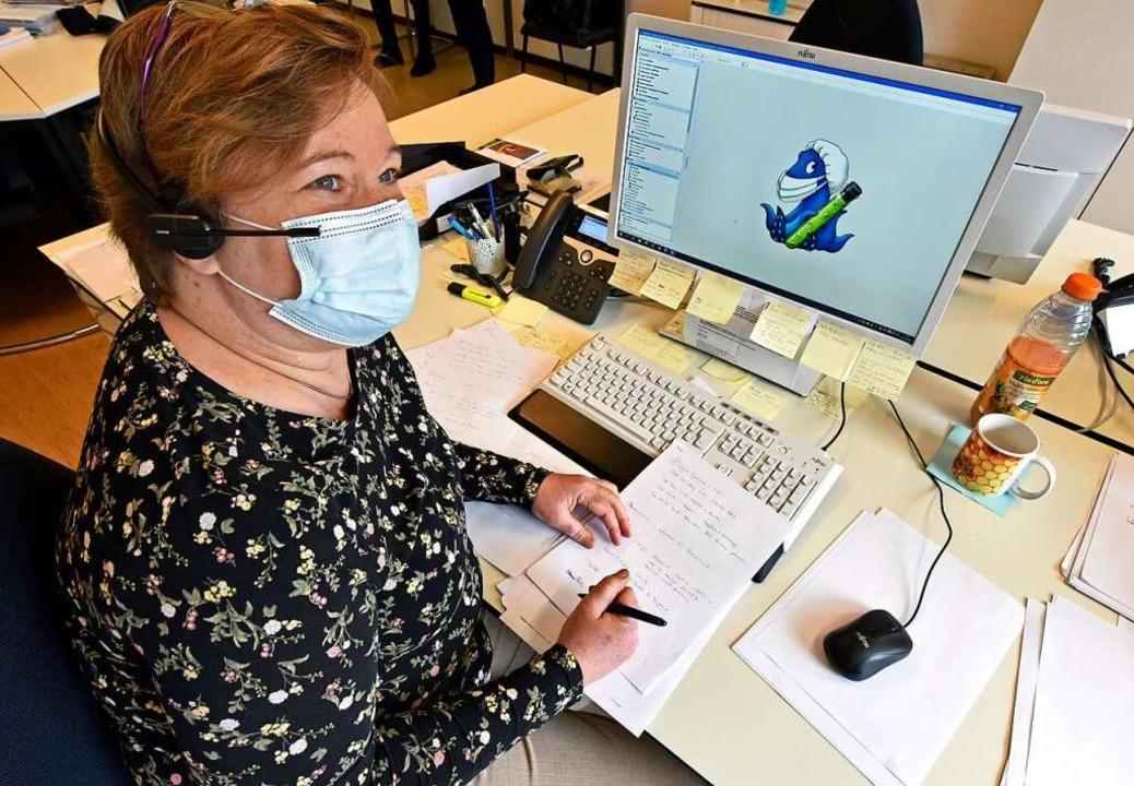 Die  Ärztin Angelika Kruschke verfolgt... die Kontakte von Corona-Infizierten.   | Foto: Michael Bamberger