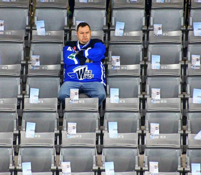 Eishockey in einer Arena fast ohne Fan...eine Aufstockung der Zuschauerzahlen.   | Foto: Heinz Wittmann