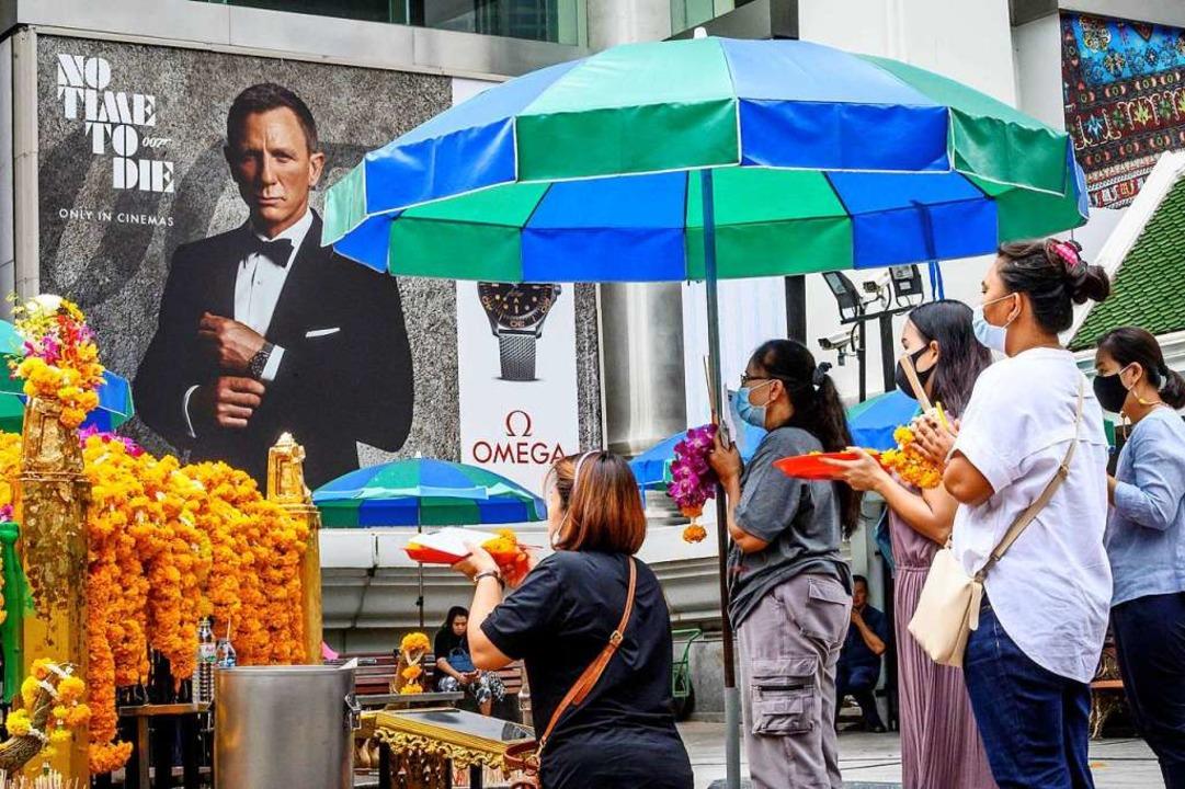 Aktuell warten Kinofans weltweit auf d...rgert auch die hiesigen Kinobetreiber.  | Foto: MLADEN ANTONOV (AFP)