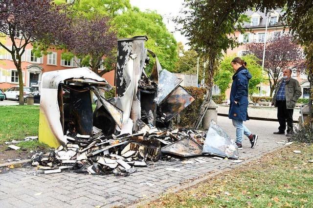 Unbekanntes Trio brennt öffentliches Bücherregal in Freiburg ab