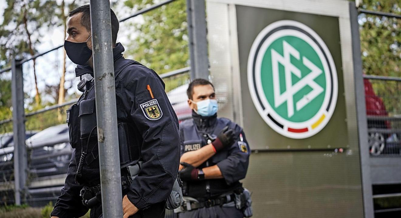 Polizisten vor der DFB-Zentrale in Frankfurt     Foto: Frank Rumpenhorst (dpa)