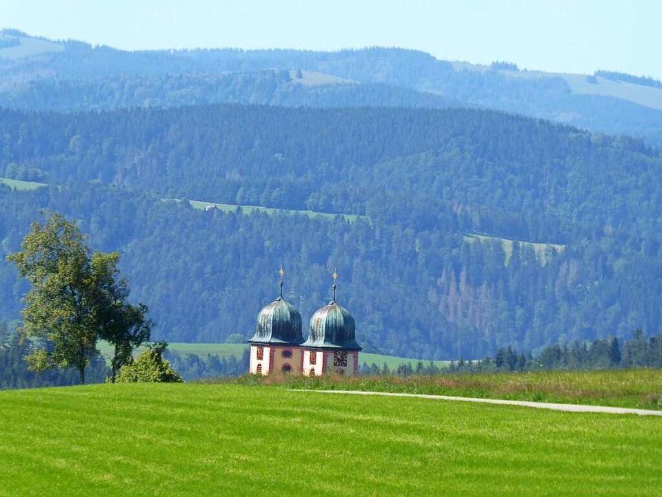 Wenn man St. Märgen verlässt, versinke...irche Mariä Himmelfahrt in den Wiesen.    Foto: Michael Neubauer