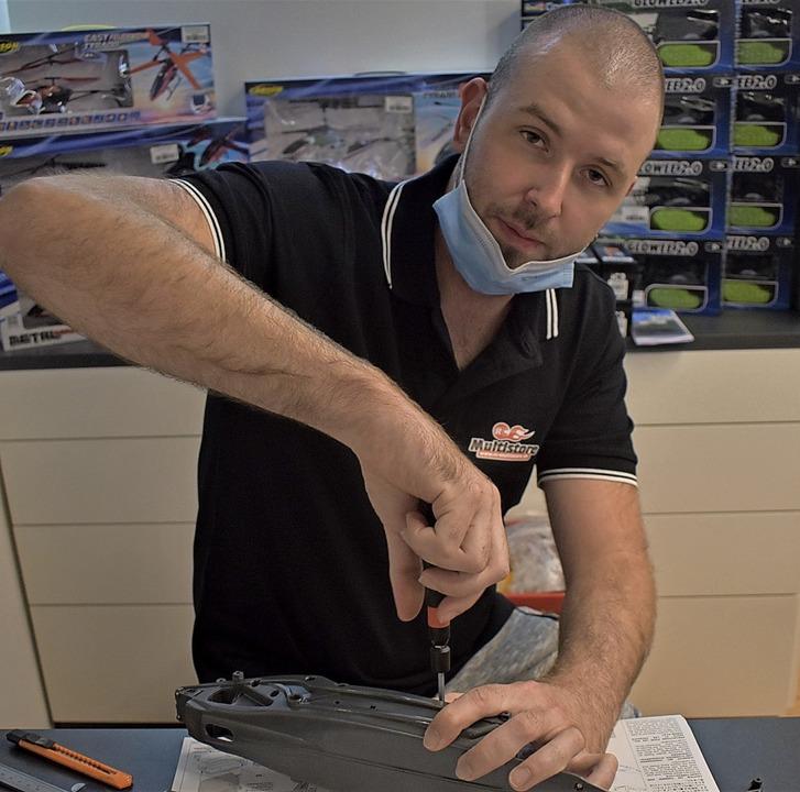 Rainer Baltrun schraubt mit hochwertigem Werkzeug.    Foto: Walter Holtfoth