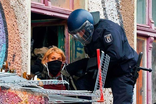 Mit Brecheisen und Säge: Polizei räumt besetztes Haus in Berlin