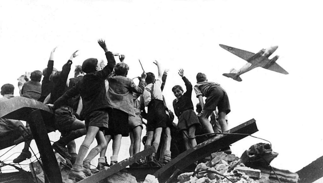 Bei der Luftbrücke 1947 versorgten US-...lkerung, mit dabei war Gail Halvorsen.  | Foto: - (dpa)