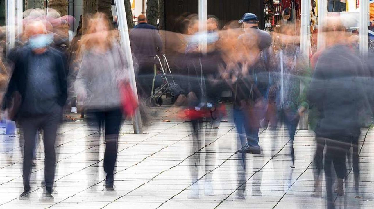 Maske oder nicht Maske – die Frage entzweit die Gesellschaft.  | Foto: Sebastian Gollnow (dpa)