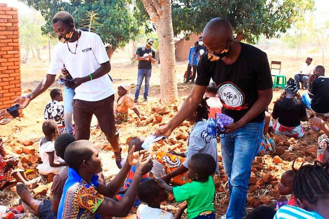 Mit 200 Euro aus Deutschland konnten in Malawi 600 Mundschutze verteilt werden.    Foto: Tukolere Wamu