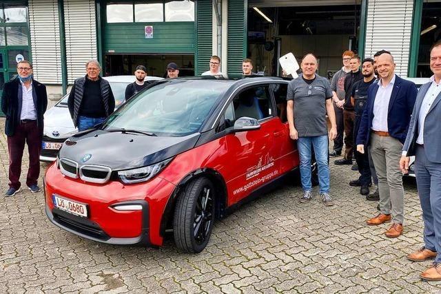 Kfz-Mechatroniker werden an der Gewerbe-Akademie an E-Autos ausgebildet